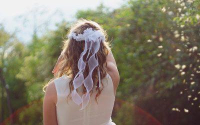 En hårbøjle er sød og nem hårpynt til konfirmationen